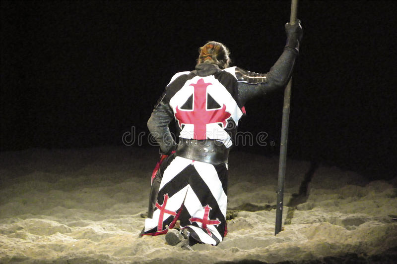 Knielende ridder in schijnwerper royalty-vrije stock foto's