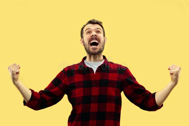 Kniest?ckabschlu? herauf Portr?t des jungen Mannes auf gelbem Hintergrund lizenzfreie stockfotos