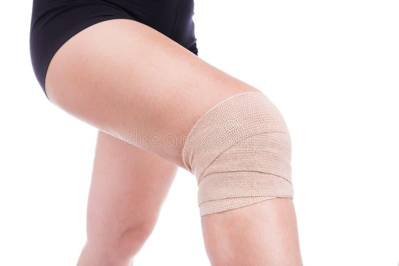 Knieverletzung, verbunden einer elastischen Binde lizenzfreie stockfotografie