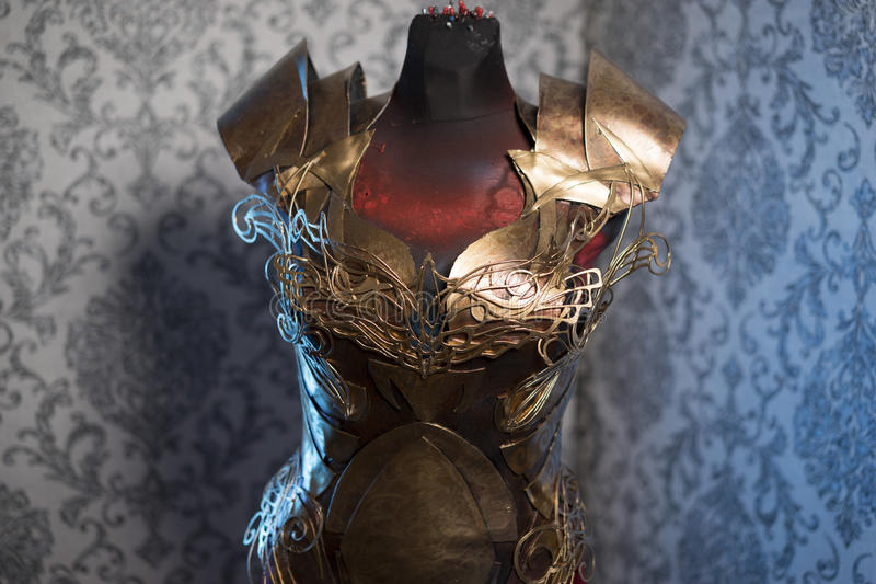 Knight панцырь нагрудника металла женщины сильного handmade в золоте стоковые изображения rf