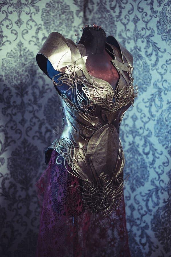 Knight панцырь нагрудника металла женщины сильного handmade в золоте стоковые изображения