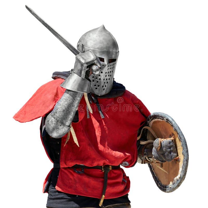 Knight in armatura piena con lo schermo e la spada fotografie stock libere da diritti