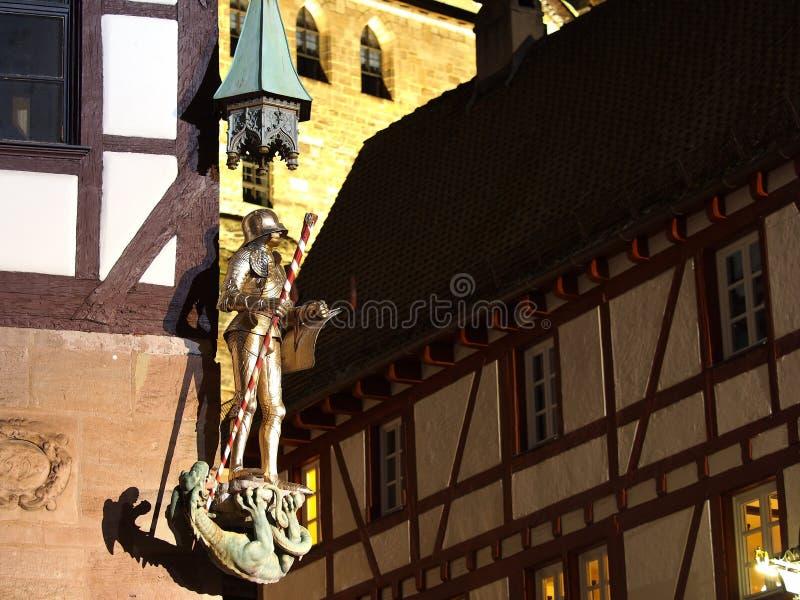 Knight la estatua en una esquina de la casa en el cuadrado medieval imagen de archivo libre de regalías