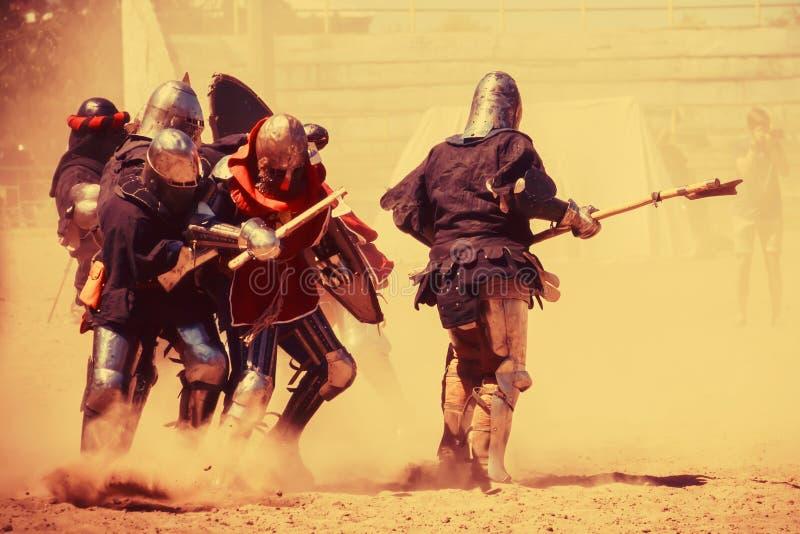 Knight las batallas en el festival de la cultura medieval Caballeros en f imagenes de archivo