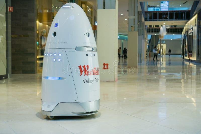 Knightscope säkerhetsrobot som patrullerar en galleria royaltyfria foton