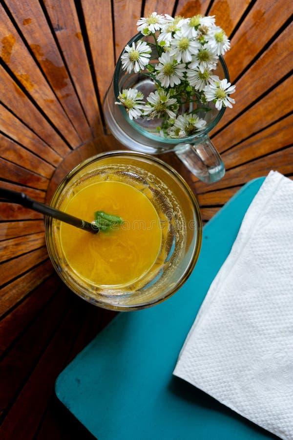 ?kning av din dag med ny organisk mangofruktsaft royaltyfri fotografi