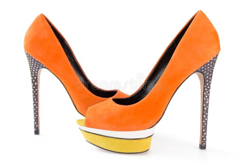 Knip van oranje en gele schoenen op witte achtergrond stock afbeelding