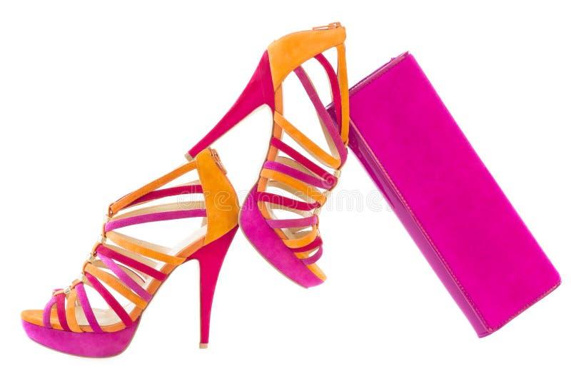 Knip van roze en oranje schoenen met de aanpassing van geïsoleerde zak, royalty-vrije stock afbeelding