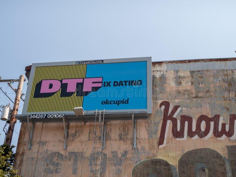 Knipa för DTF som OkCupid daterar den online-datera affischtavlaannonsen arkivfoton