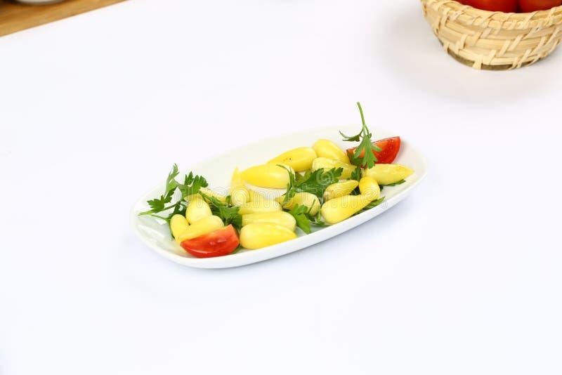 Knipa och guling marinerad peppar royaltyfri bild