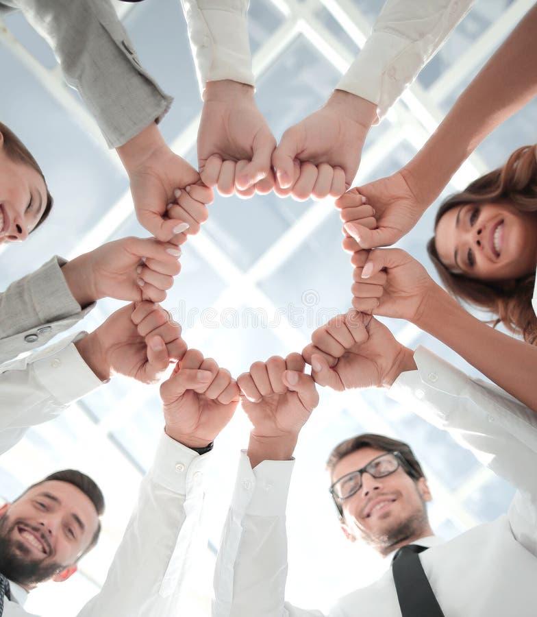 Knippend inbegrepen weg commercieel team die zich in een cirkel bevinden stock foto's