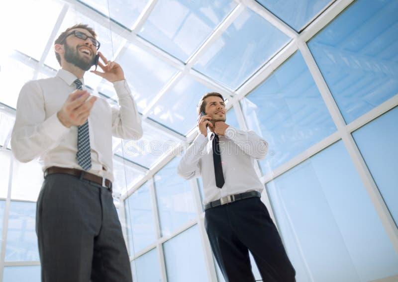 Knippend inbegrepen weg de partners spreken op een mobiele telefoon royalty-vrije stock fotografie