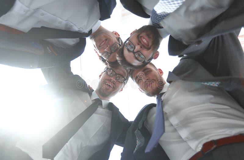 Knippend inbegrepen weg professioneel commercieel team die zich in een cirkel bevinden stock foto