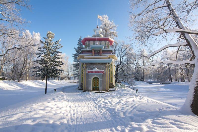 Knirkande sommar-hus på den kinesiska byn i vinter i Tsarskoe Selo, St Petersburg, Ryssland fotografering för bildbyråer