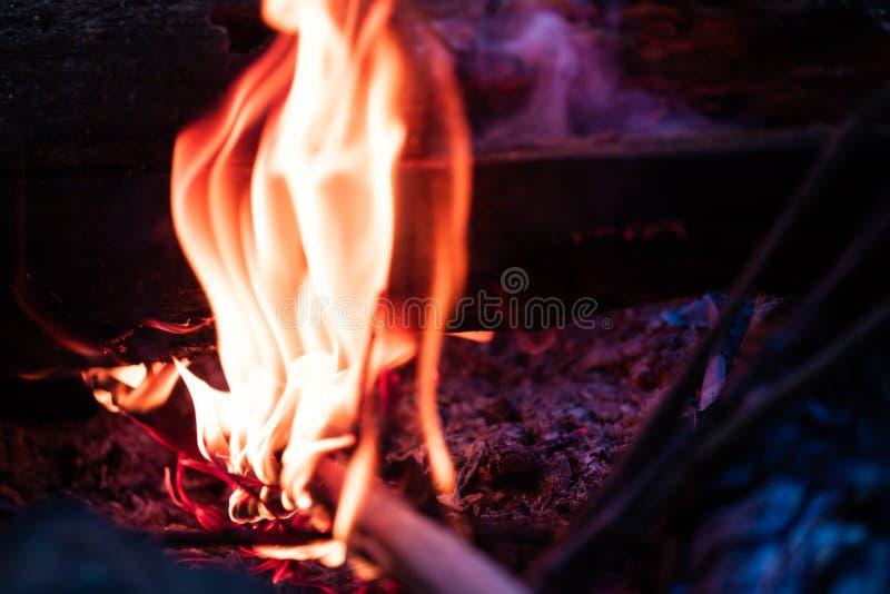 Knisterndes Feuer, das hell glüht lizenzfreie stockbilder