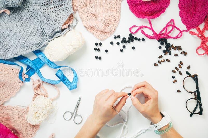 Knit женщины от естественных потоков на таблице стоковые фото