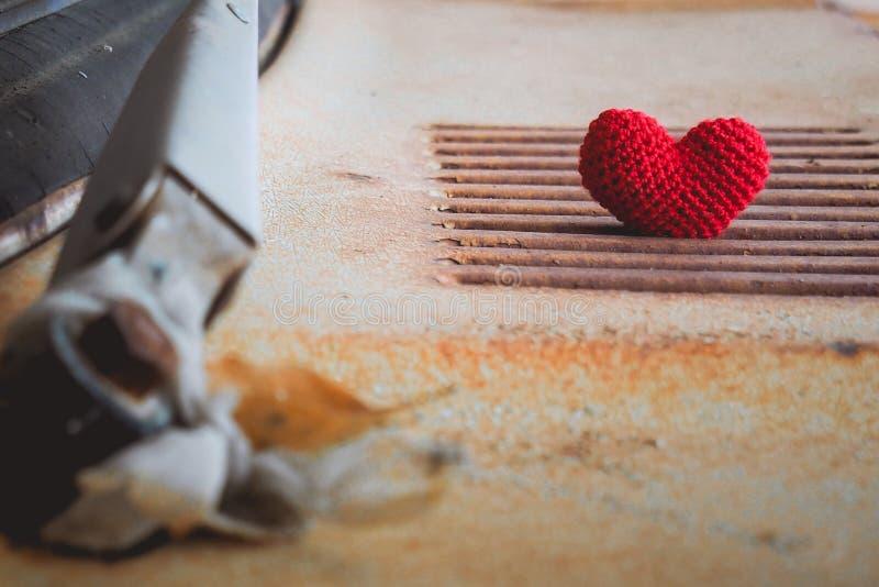 Knit de coeur avec le vieux capot de voiture image stock