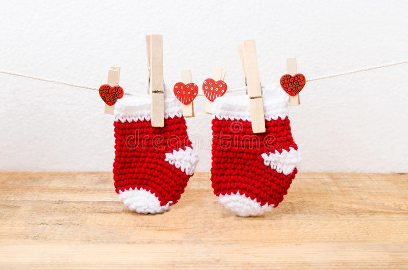 Knitted behandla som ett barn sockor som hänger på klädstrecket royaltyfri fotografi
