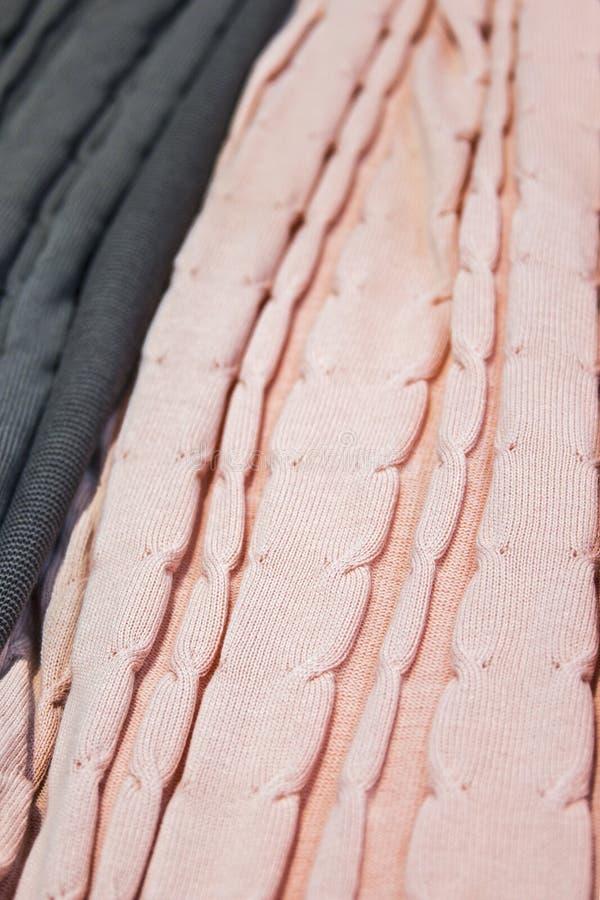 Knitted multi-coloriu mantas, coberturas, texturas feitas malha da tela na loja imagens de stock
