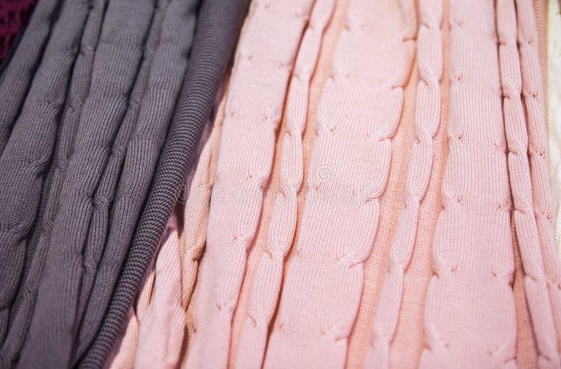 Knitted multi-coloriu mantas, coberturas, texturas feitas malha da tela na loja imagem de stock royalty free