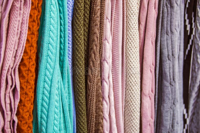 Knitted multi-coloriu mantas, coberturas, texturas feitas malha da tela na loja fotografia de stock