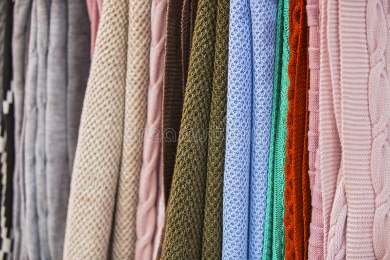 Knitted multi-coloriu mantas, coberturas, texturas feitas malha da tela na loja fotos de stock royalty free