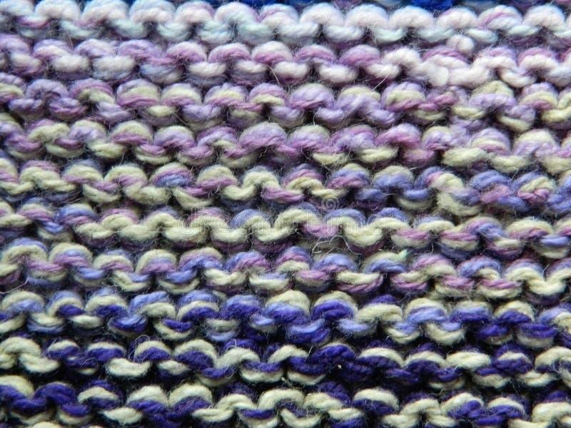 Knitted tricotant avec des aiguilles de tricotage Point de jarretière photographie stock