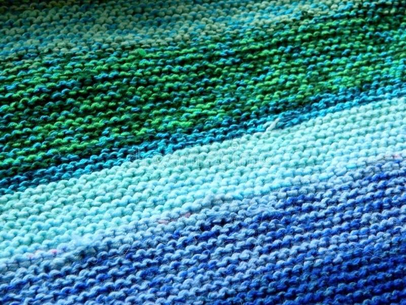 Knitted tricotant avec des aiguilles de tricotage Point de jarretière image stock