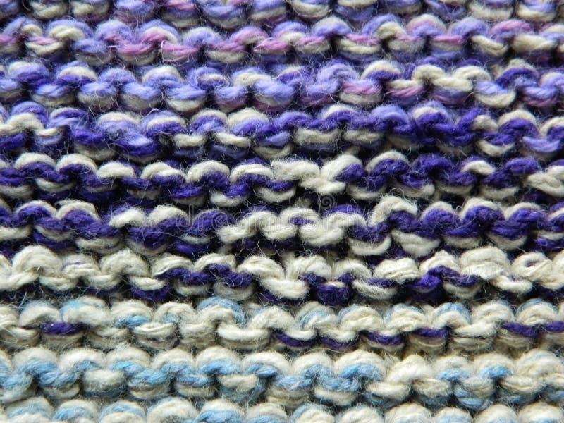 Knitted tricotant avec des aiguilles de tricotage Point de jarretière photo stock