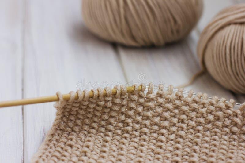 knitting Filato beige su fondo bianco fotografia stock libera da diritti