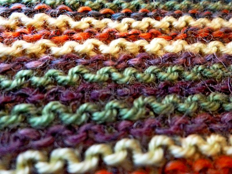 knitting Gebreide multicolored stof Het breien textuur Close-up Concept energie Hobbys, vrije tijd, ambachten royalty-vrije stock afbeelding