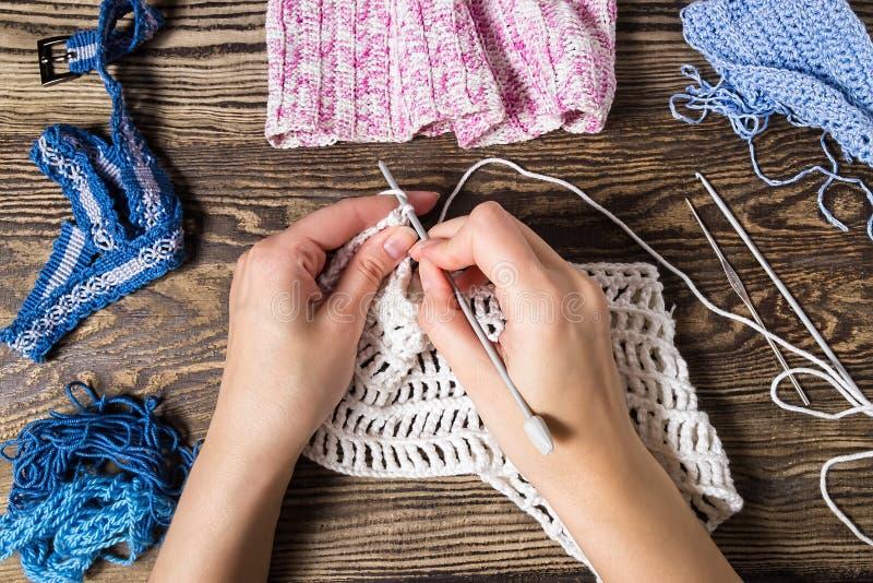 knitting La mano lavora all'uncinetto La femmina lavora a mano il gancio fotografia stock