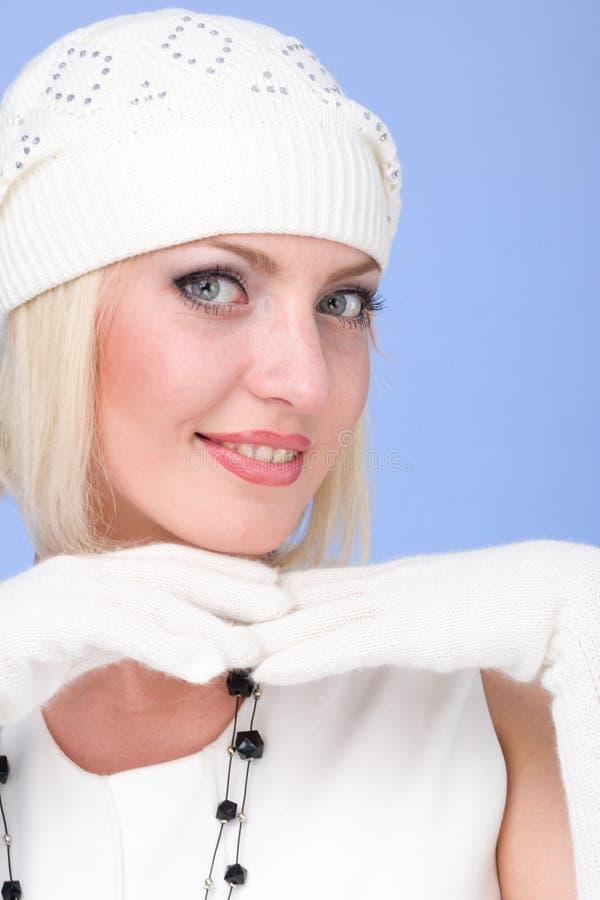 Knitwear. kvinna som slitage ett vinterlock och handskar royaltyfri fotografi