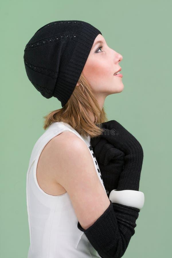 knitwear Mujer joven que desgasta un casquillo del invierno fotos de archivo libres de regalías