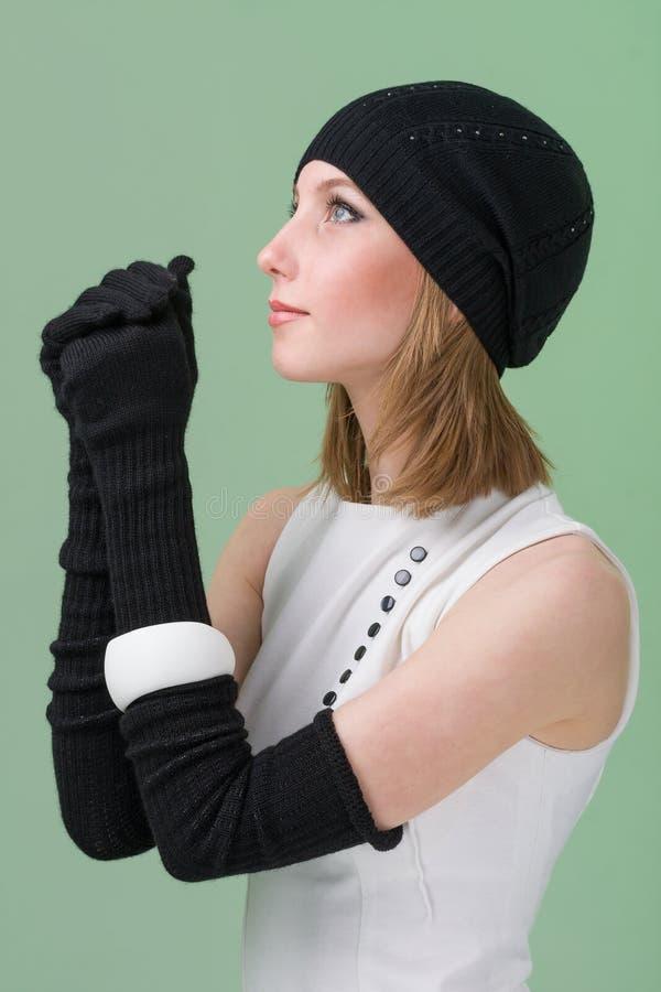 knitwear Mujer joven que desgasta un casquillo del invierno imagen de archivo libre de regalías