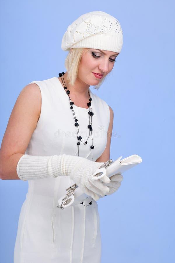 knitwear Mujer joven que desgasta un casquillo del invierno imagen de archivo