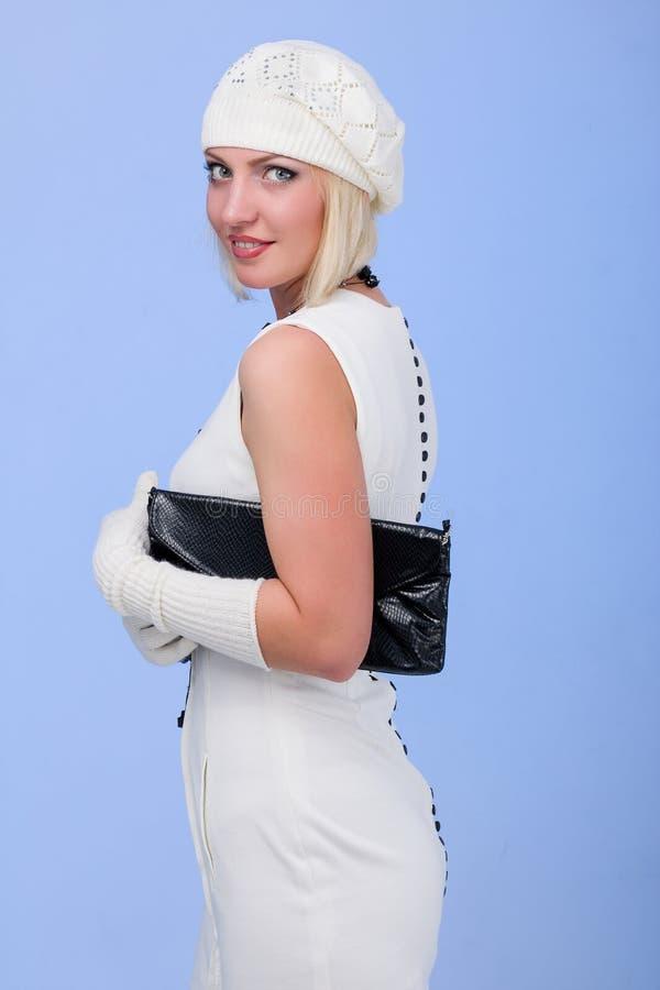 knitwear Mujer joven que desgasta un casquillo del invierno fotografía de archivo