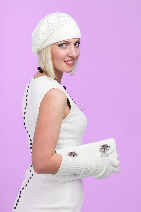 knitwear Mujer joven que desgasta un casquillo del invierno fotos de archivo