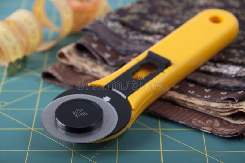 Kniv för patchwork på kompisen för patchwork fotografering för bildbyråer