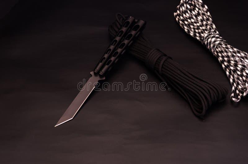 Kniv med ett blad av tantoen svart kniv royaltyfri fotografi