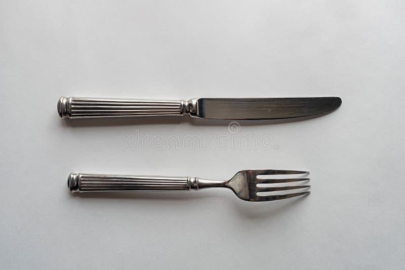 Kniv och forkon en vit bakgrund arkivbilder