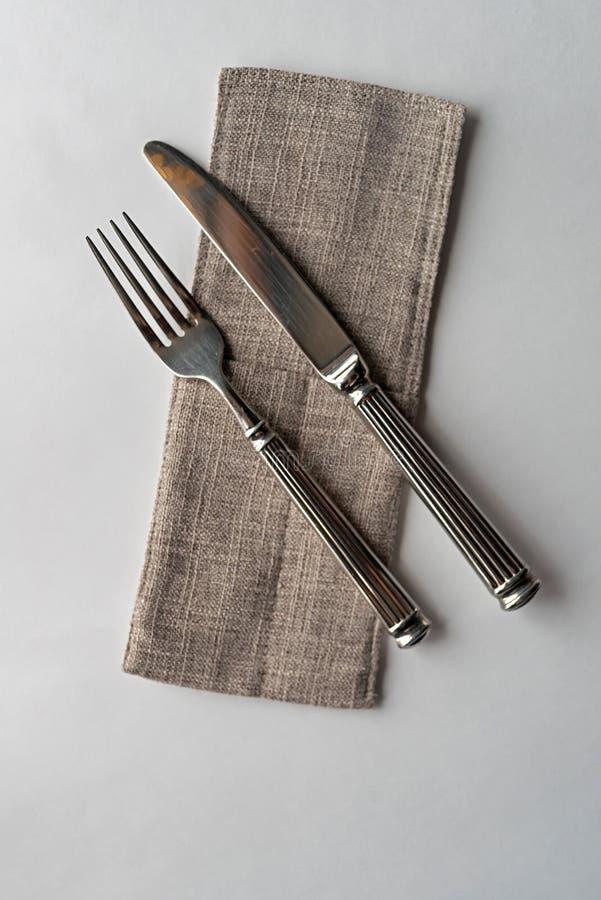 Kniv och gaffel p? en vit bakgrund arkivfoton