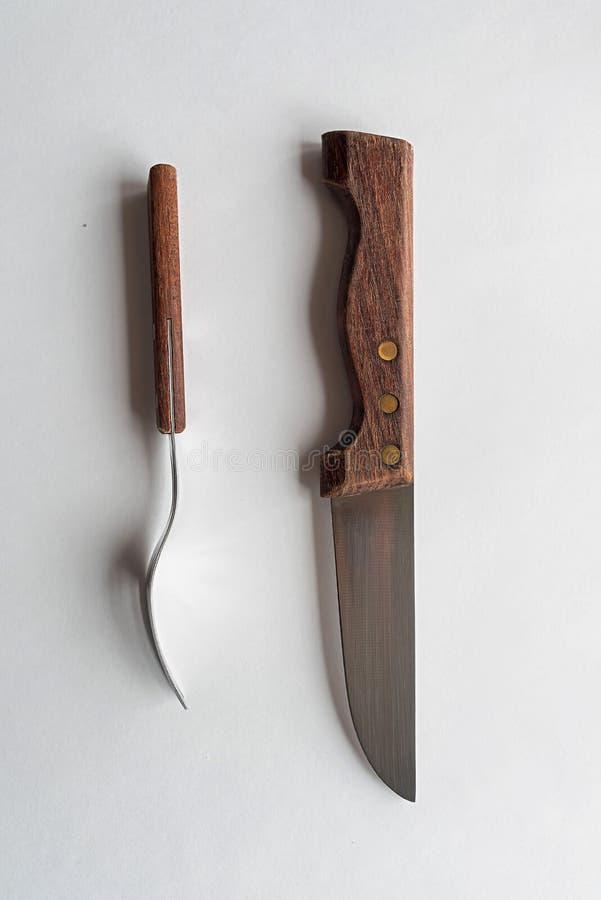 Kniv och gaffel p? en vit bakgrund royaltyfri foto