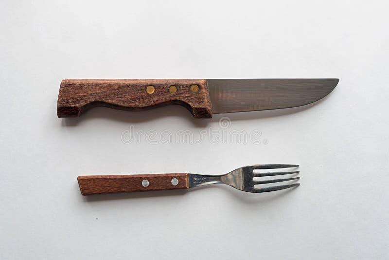 Kniv och gaffel p? en vit bakgrund royaltyfria foton