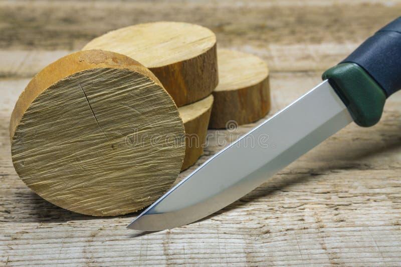 Kniv och trä på workbench royaltyfria foton