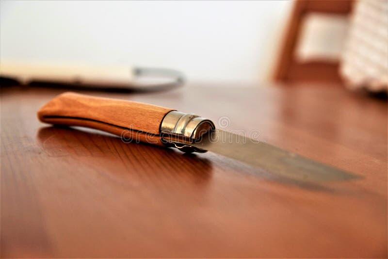 Kniv på skärbrädan arkivbilder
