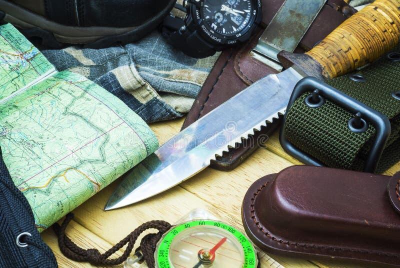 Kniv som omges av turist- utrustning fotografering för bildbyråer