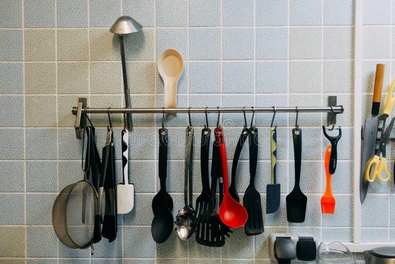 Knivar och andra hjälpmedel på köket som lagar mat utrustning med stål fotografering för bildbyråer
