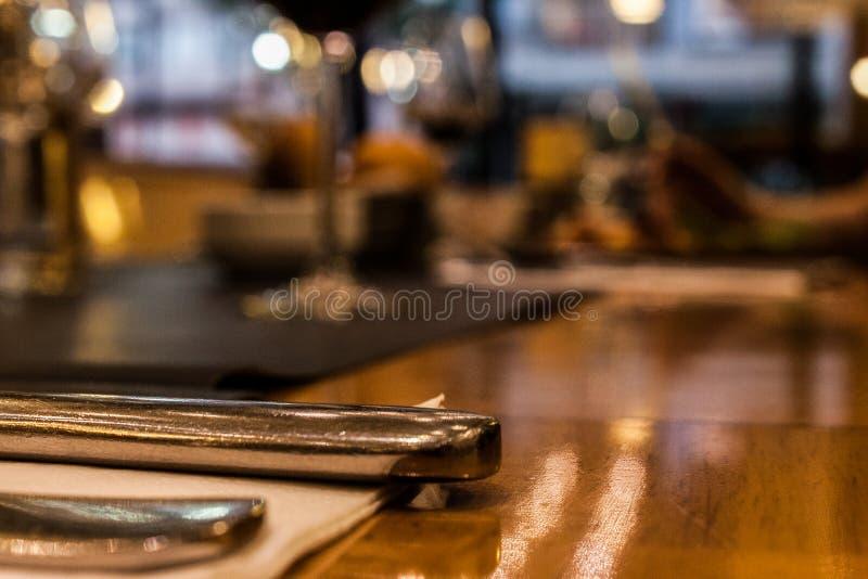 Knivar och gafflar - oskarp bakgrund royaltyfri fotografi