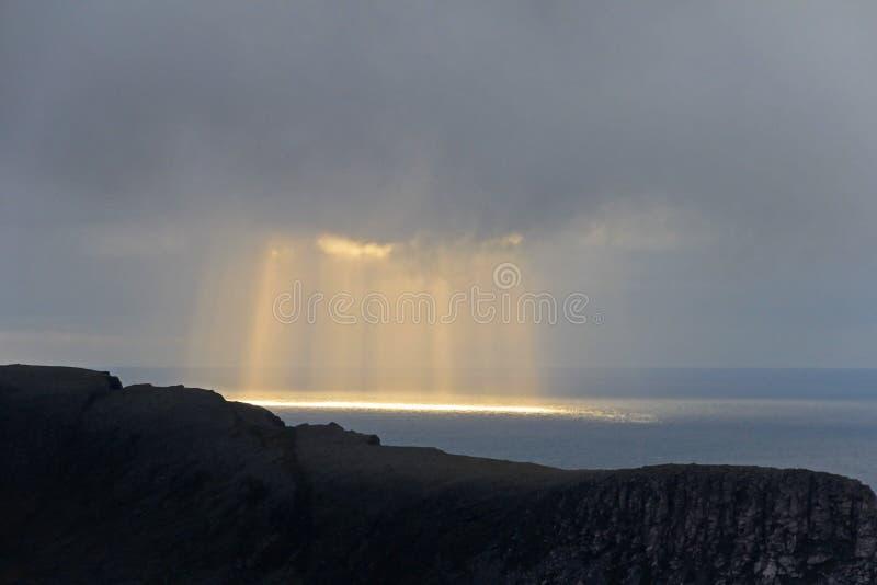 Knivskjellodden landskap med härliga stormiga moln och solstrålar, sikt från norr udde, Nordkapp, nordliga Norge arkivbilder